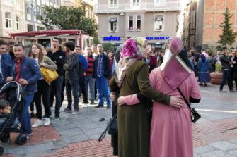Ihmisiä Istanbulissa.