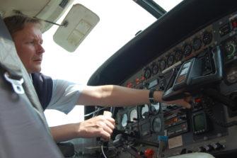 Hannu Heinonen lentokoneen ohjaamossa.