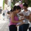 Nuoria naisia kadulla Tunisiassa.