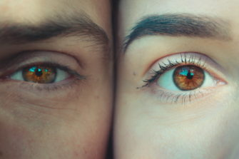Kahdet kasvot ja kaksi silmää.