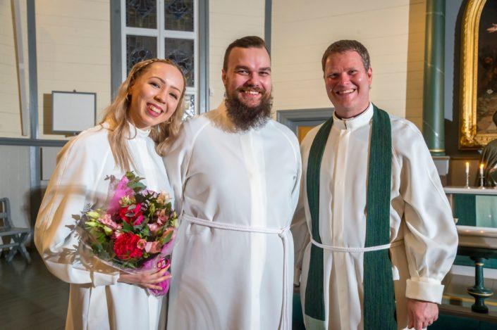 Uudet lähetystyöntekijät Joanna ja Petteri Rantamäki sekä lähetysjohtaja Daniel Nummela. Kuva: Philippe Gueissaz