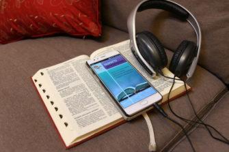 Raamattu kannesta kanteen -sovellus, Raamattu ja kuulokkeet.