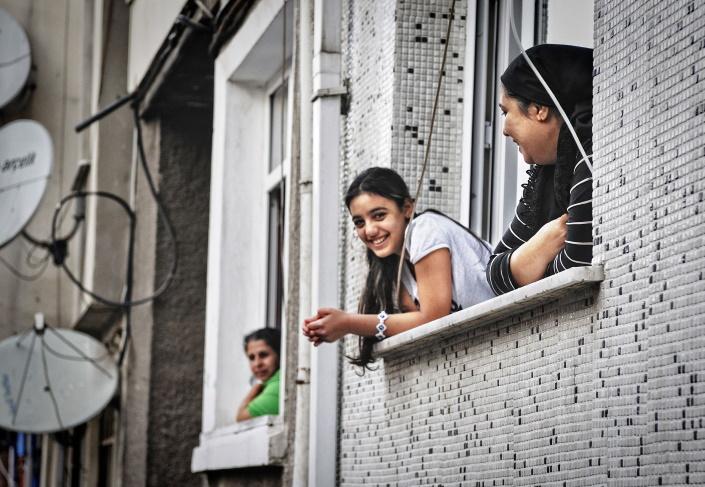 Naisia ja satelliitilautasia Libanonissa.
