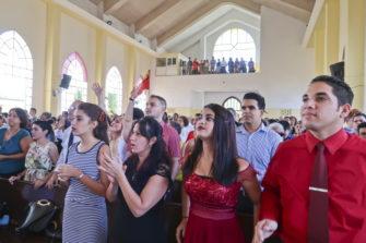 Kirkkokansaa Havannassa.