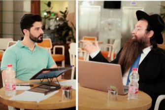 Eitan Bar ja rabbi Chaim Sheitrit keskustelevat