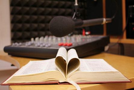 Avoin raamattu radiostudiossa.