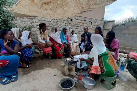 Etiopialaisia naisia istumassa ulkona.