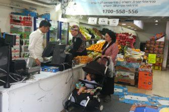 Ultraortodoksijuutalaisia naisia hedelmäkaupassa