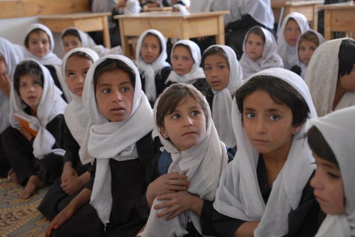 Vakavia koulutyttöjä Afganistanissa.