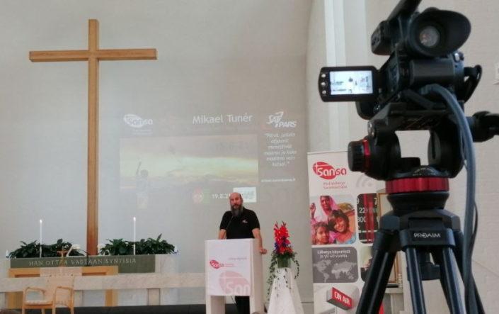 Mikael Tunér puhuu Medialähetyspäivillä Lakeuden Ristissä.