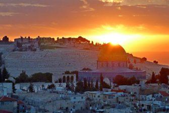 Aurinko nousee Jerusalemin yläpuolelle