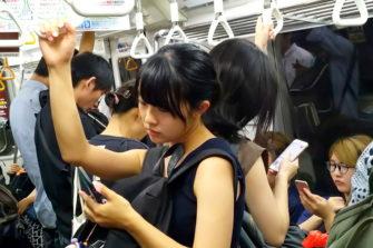 Japanilaisia metrossa.