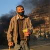 Köyhä mies ja savuava katu Libanonissa.