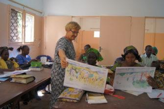 Mirja Montonen-Jalkanen luokkahuoneessa Senegalissa.